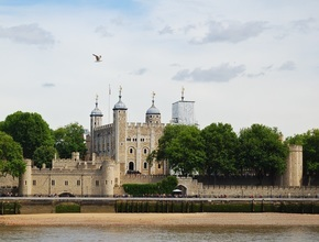 Open Top Vintage Bus Tour with Tower of London (AM)
